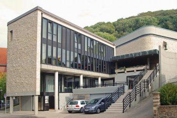 Gemeindezentrum und Kirche St. Walburga, Sicht von Hauptstraße